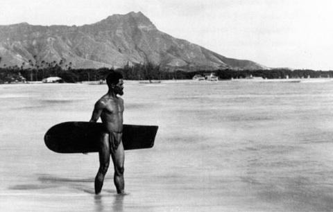 アライアでサーフィンするハワイアン